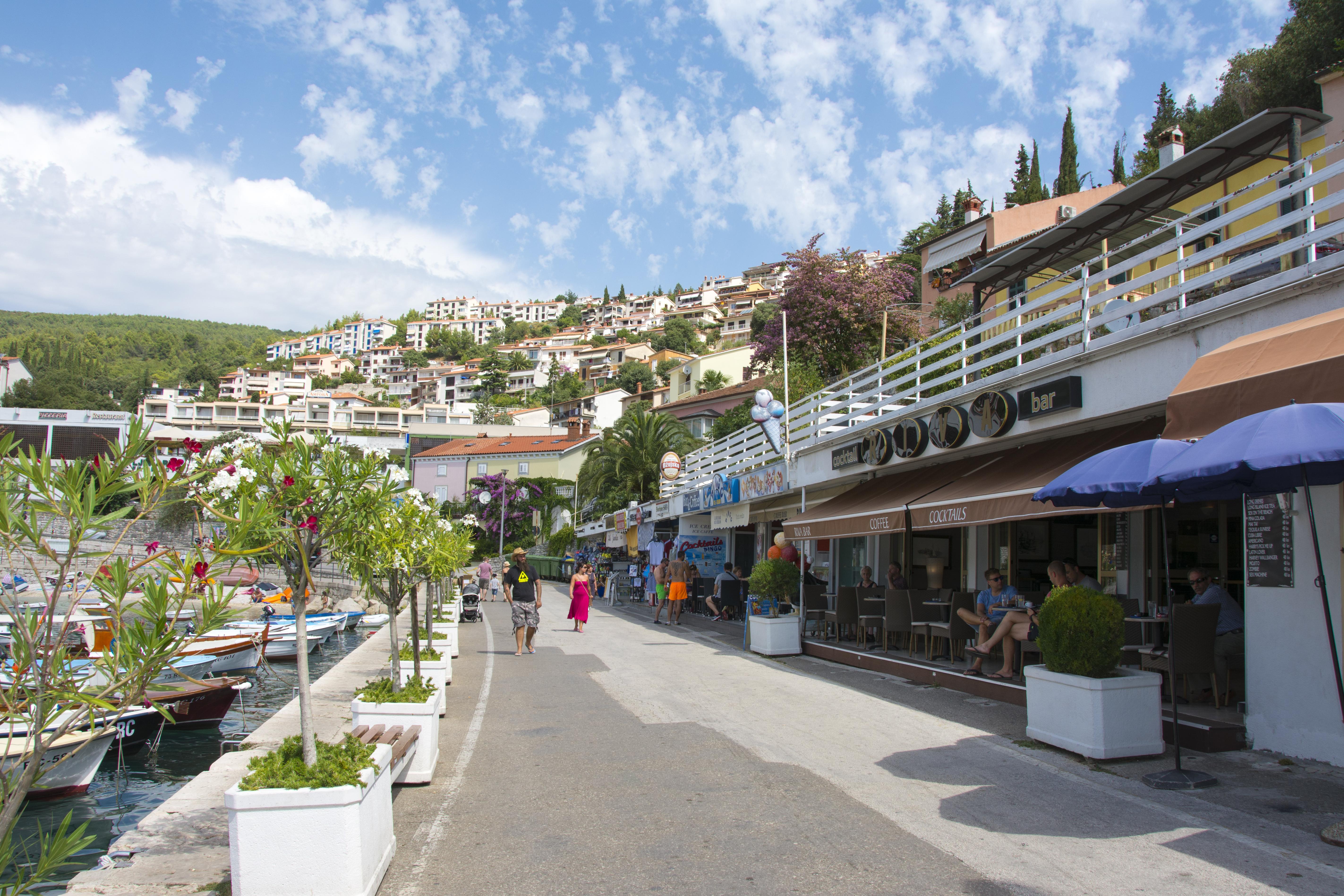 strandpromenad rabac kroatien