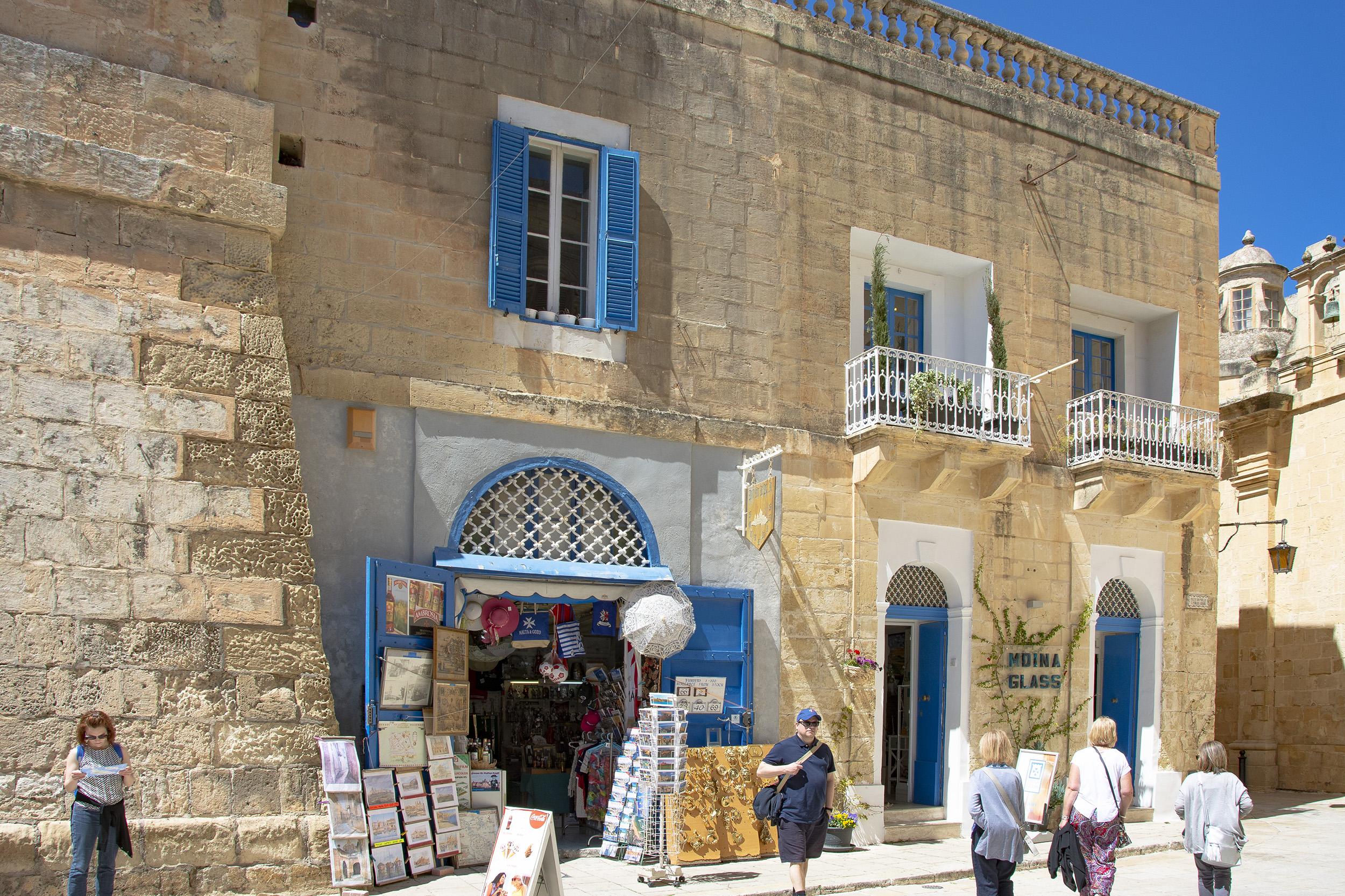 Hus med blå fönster i Mdina på Malta