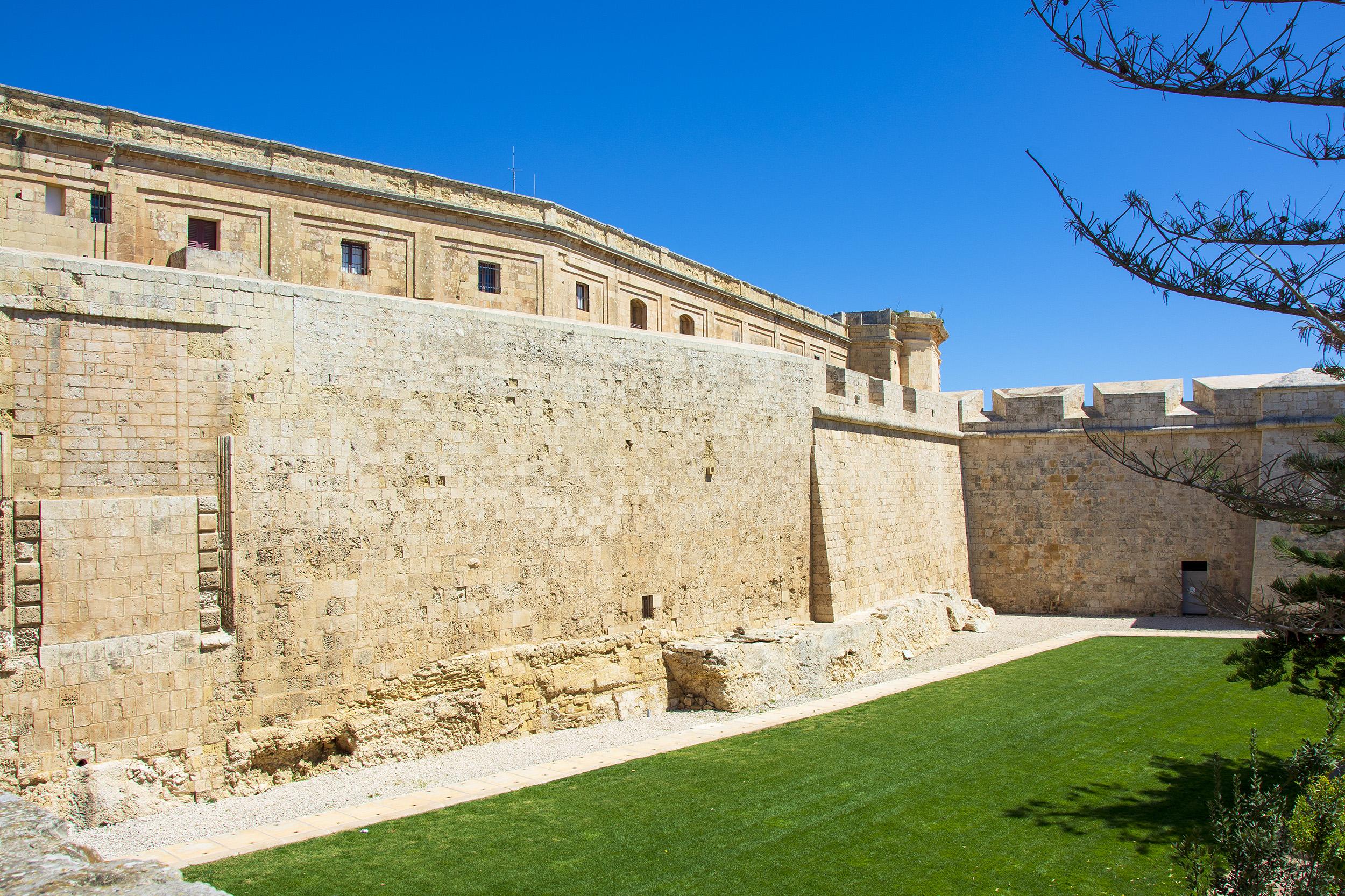Den rejäla stadsmuren runt Mdina.