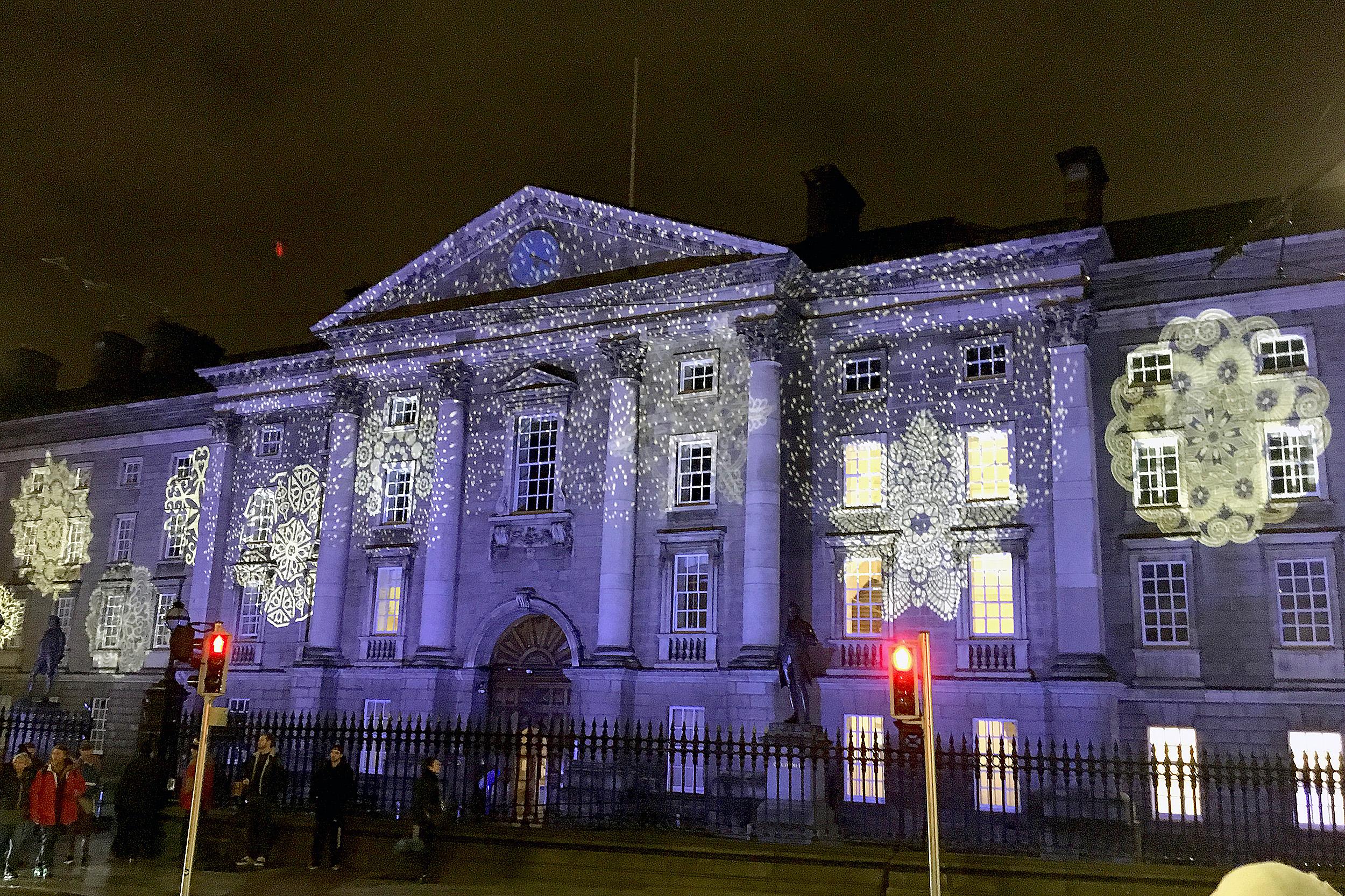 Ett julpyntat Dublin Trinity College