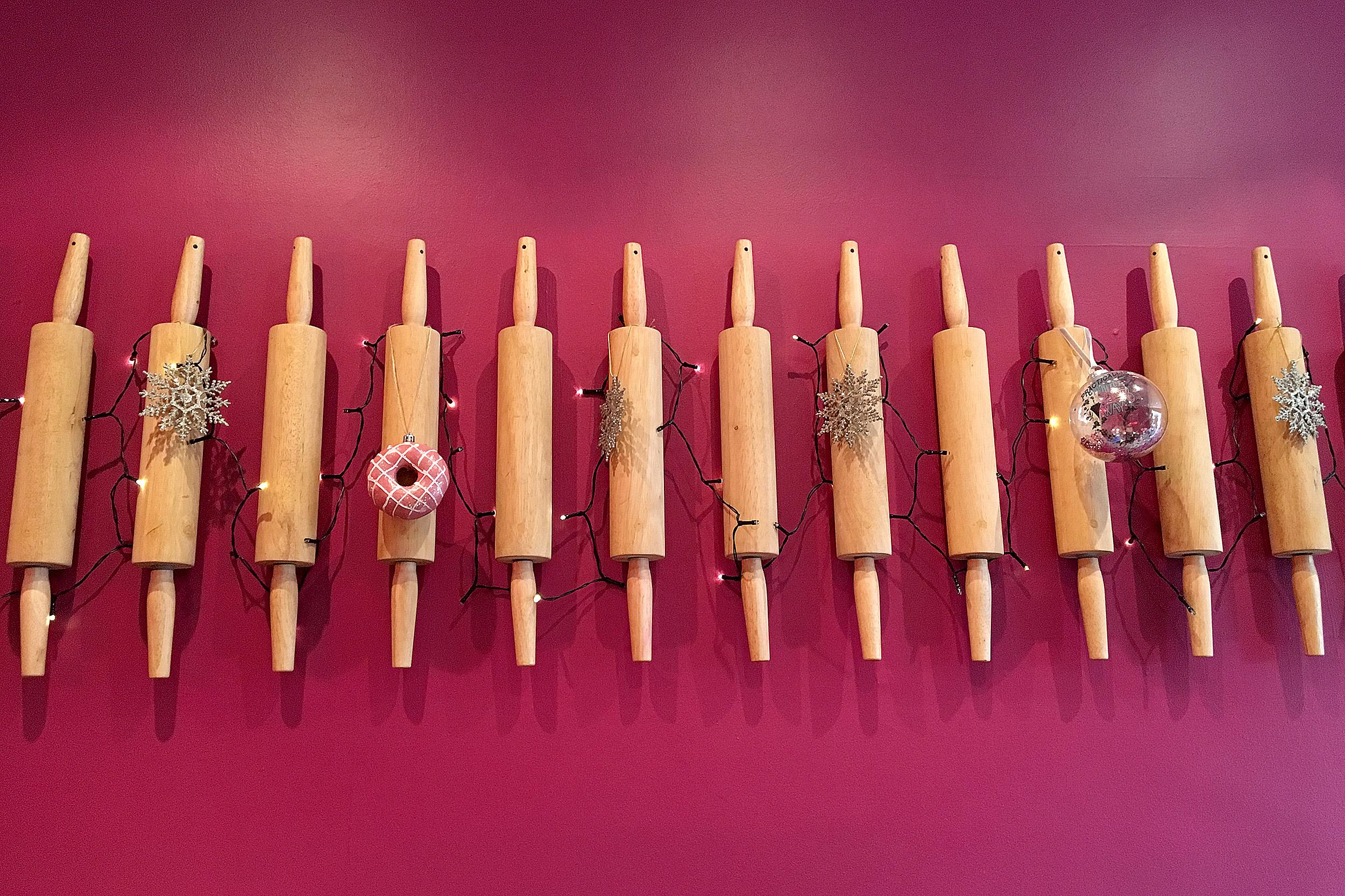 Rosa vägg med brödkavlar The Bakehouse Dublin Irland