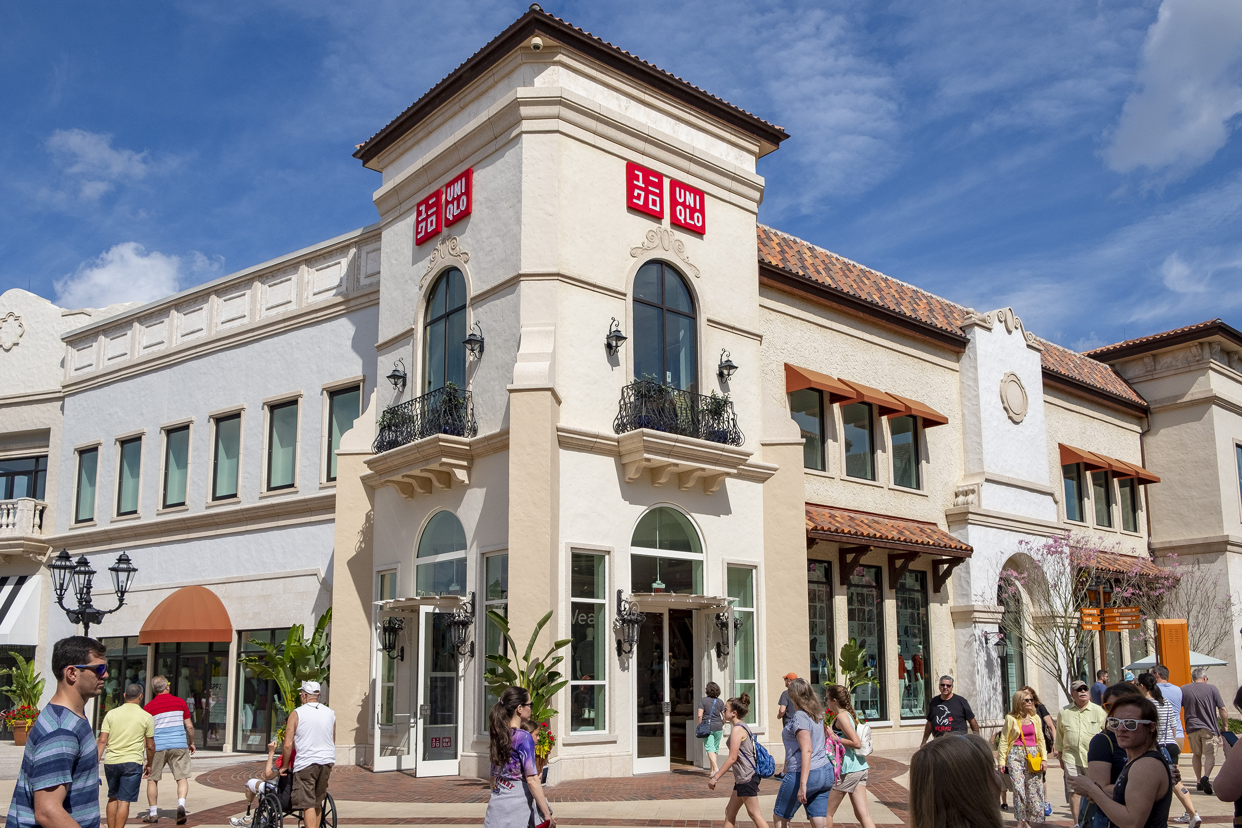 Disney Springs Uniqlo
