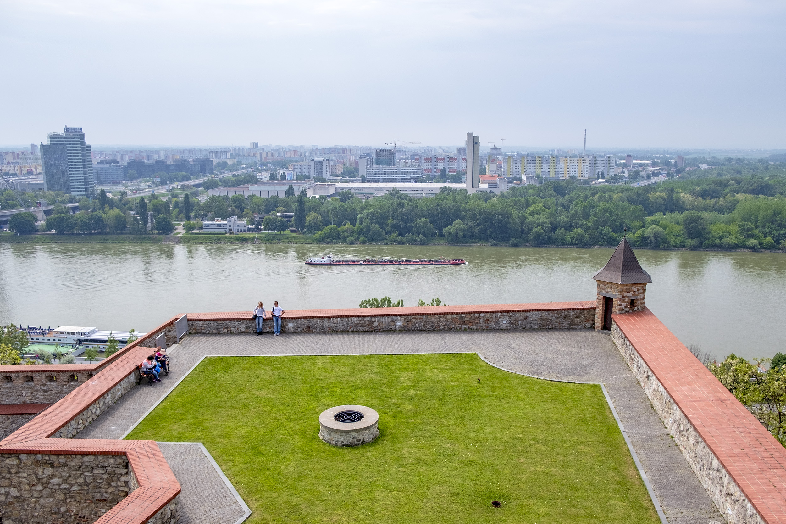 Utsikt över Donau och Bratislava.