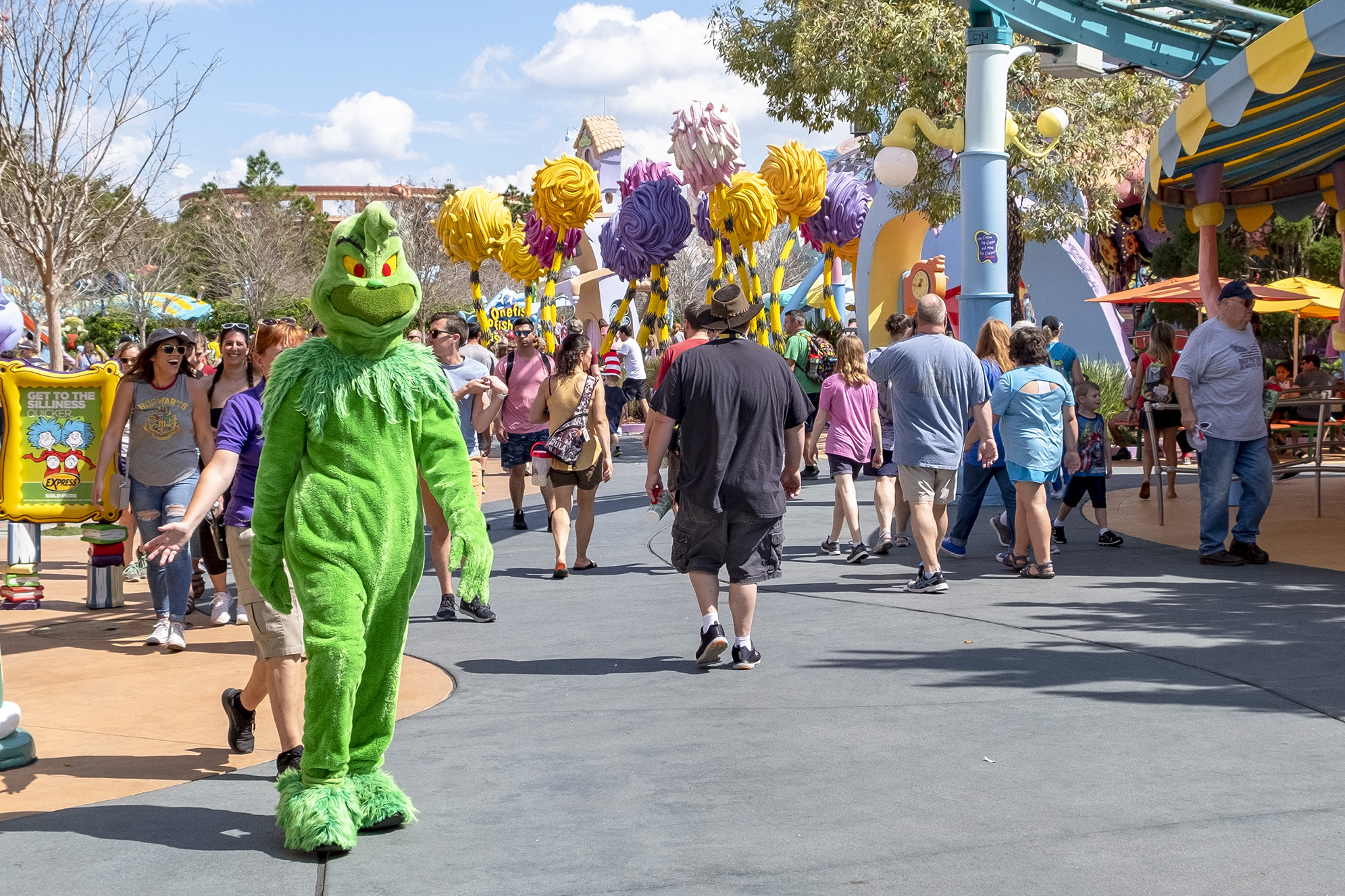 Grinchen promenerar omkring i Seuss Landing.