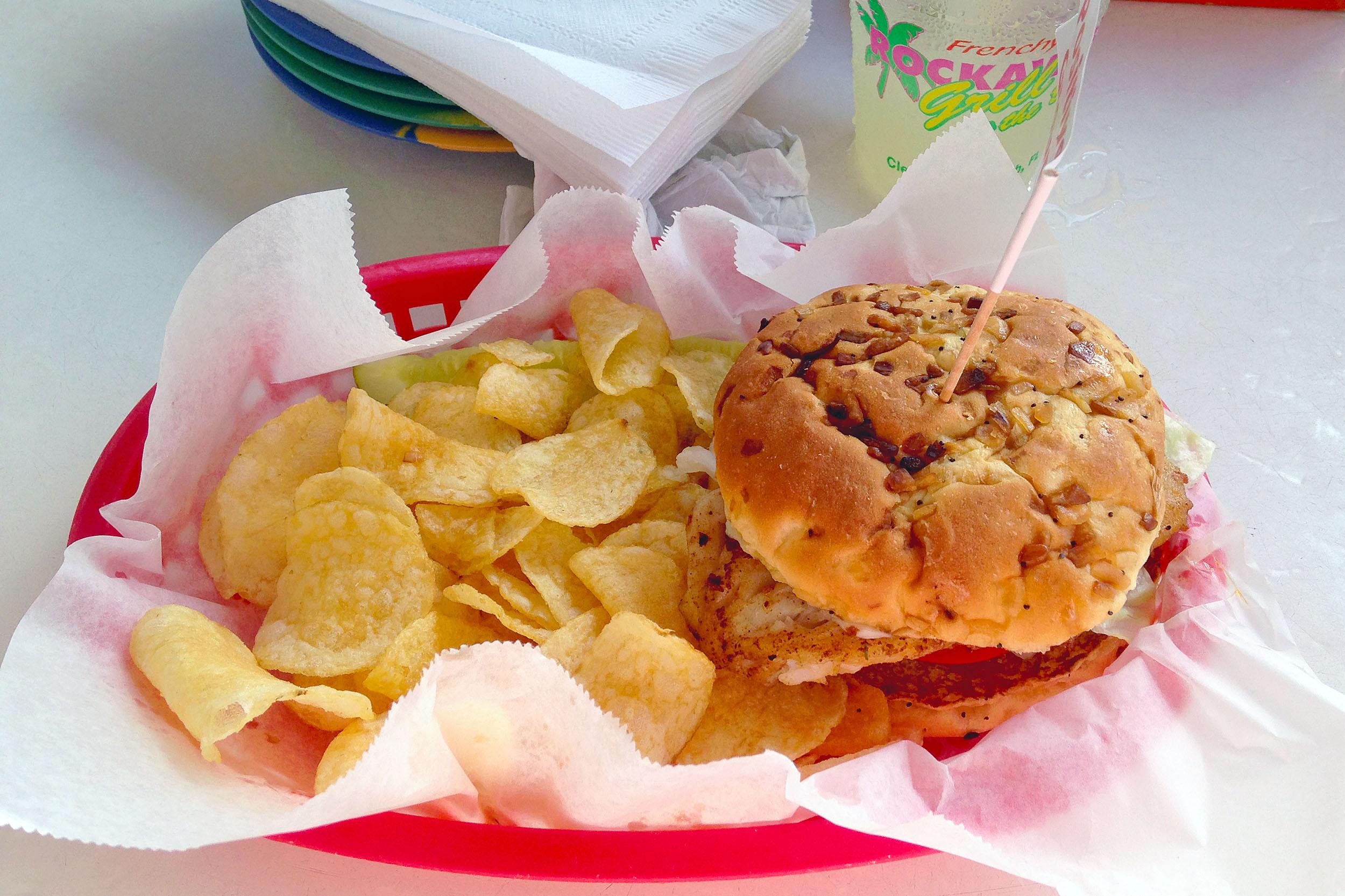 En Grouper Sandwich, som är det som  Frenchy's Rockaway Grill är mest kända för.