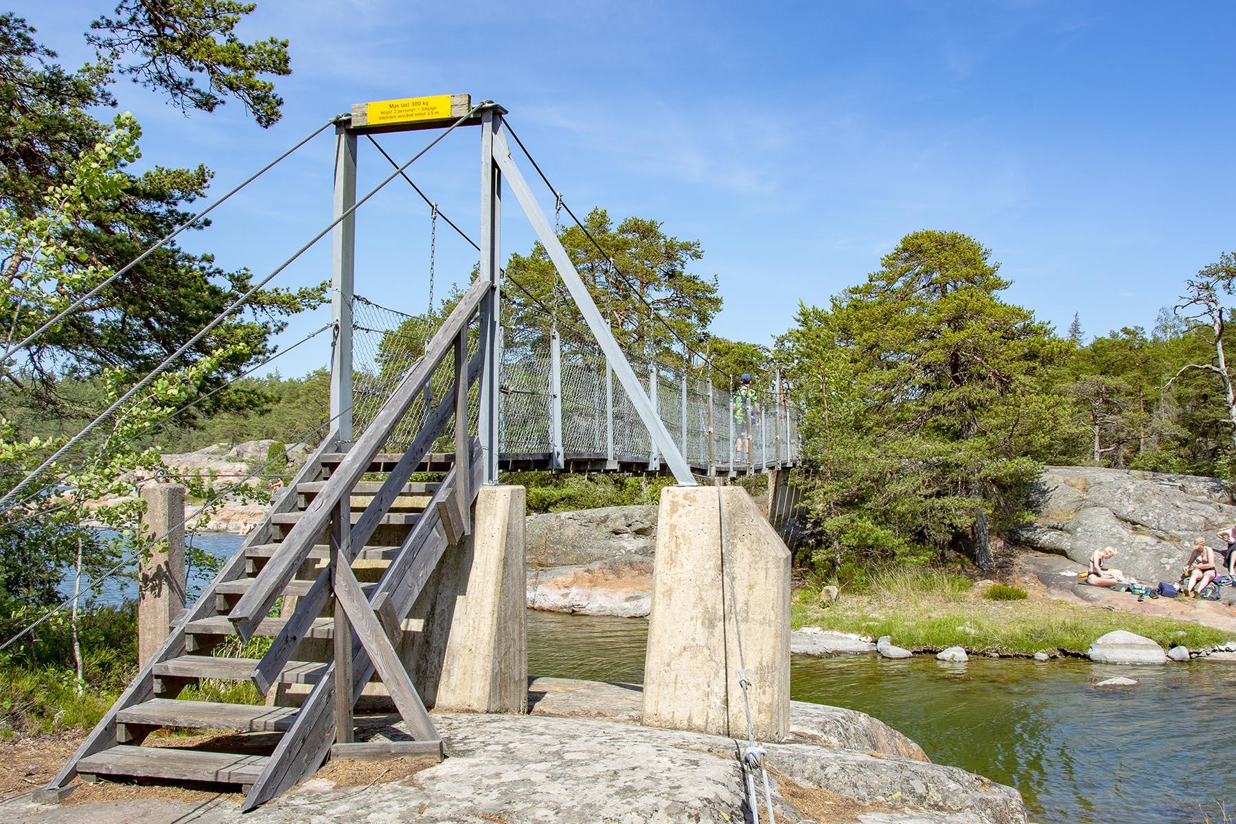 Stendörrens naturreservat och hängbro på ön Äspskär.