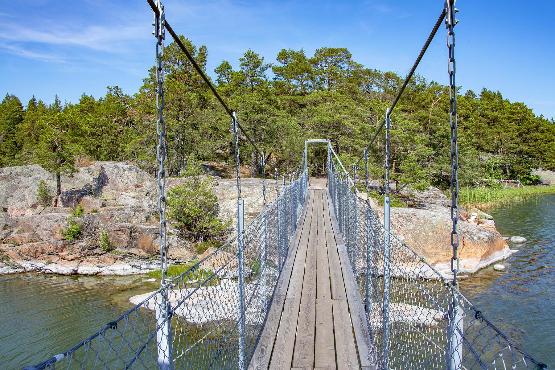 Stendörrens naturreservat med hängbro till ön Äspskär.