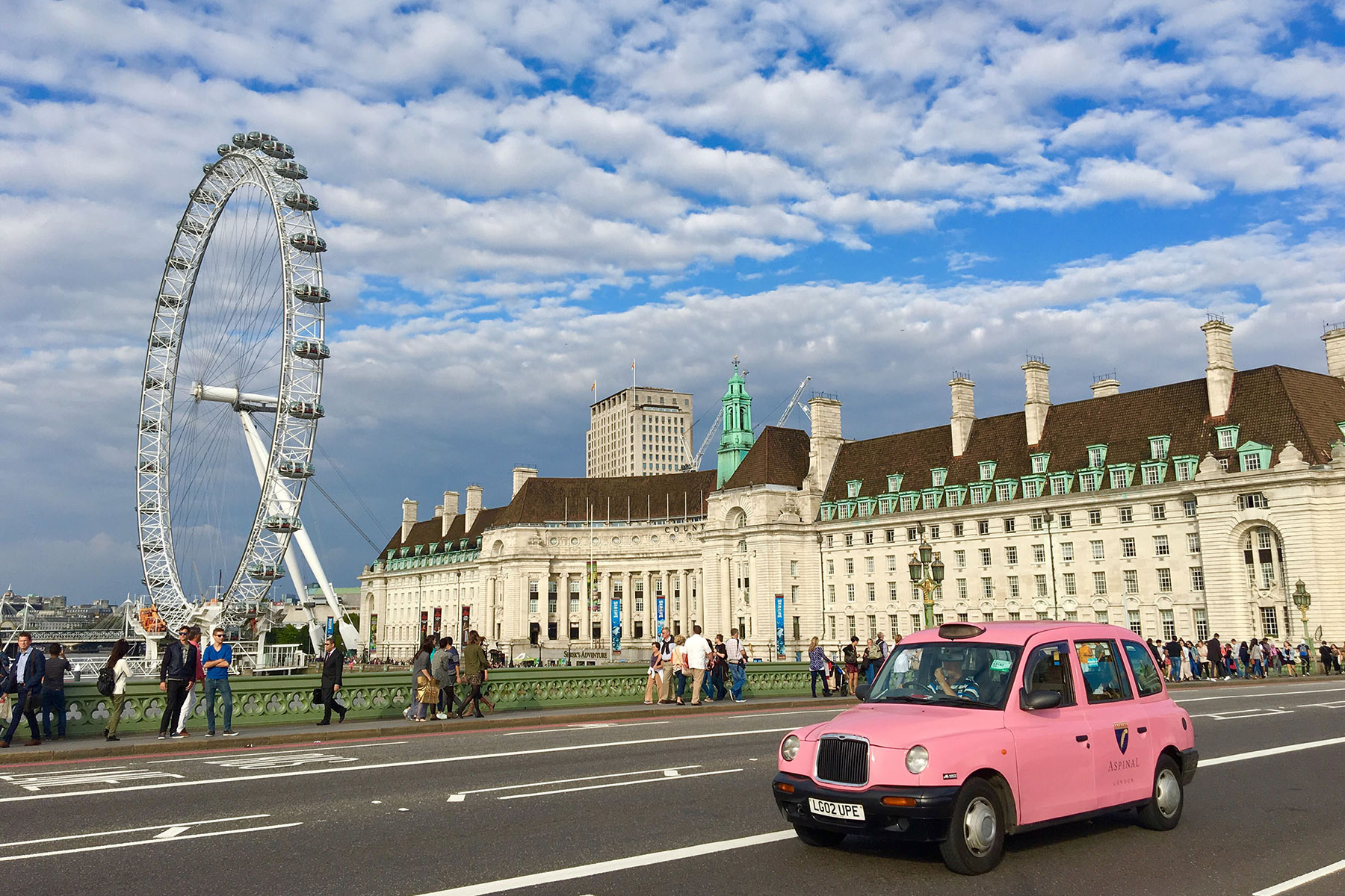 Rosa bil London Eye